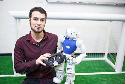 Informatik-Absolvent Marcel Göbe von der HTWK Leipzig entwickelte eine Software, die es ermöglicht, per VR-Brille in einen Roboter zu schlüpfen.